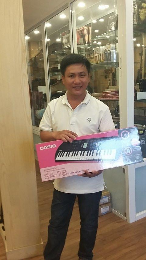 Ngay khi nhận ra bé Merry có năng khiếu với âm nhạc, anh Chinh đã ấp ủ ý định mua tặng con gái yêu một cây đàn. OKAKA đã tư vấn cho anh model đàn organ mini Casio và anh đã dành một buổi đến showroom chọn đàn cho con gái