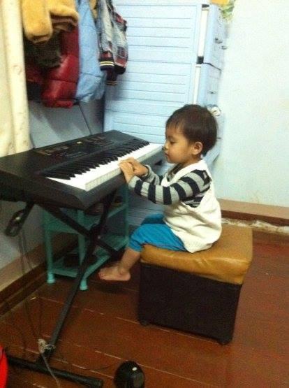 """""""Cháu đang thử đàn, cảm ơn OKAKA nhé!"""" – chị Thiên, vị khách đầu tiên trên Zalo của OKAKA,đã gửi phản hồi kèm bức ảnh bé con chị 3 tuổi đang ngồi bên cây đàn organ Casio CTK-2400."""