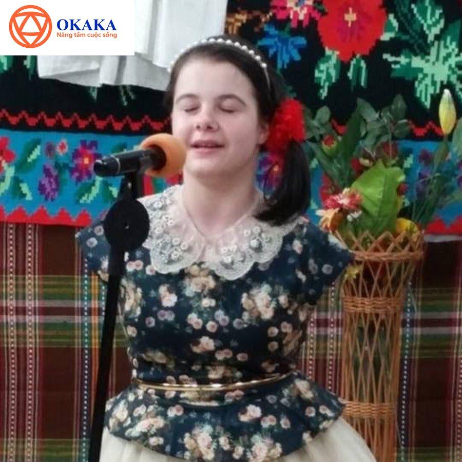 Dù không có tay nhưng màn trình diễn xúc động của cô bé Lorelai Mosnegutu trong chương trình Romania's Got Talent 2017 đã khiến cả khán phòng hôm ấy không cầm được nước mắt. Em cũng là người duy nhất nhận được nút vàng ưu tiên từ ban giám khảo để đi thẳng vào vòng bán kết.