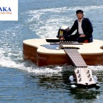 Lướt sóng trên chiếc thuyền hình cây đàn guitar độc đáo