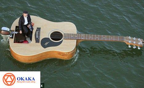Có những cây đàn guitar thực sự làm người ta ngất ngây không phải vì âm thanh nó phát ra mà bởi hình dáng và chức năng mới của nó. Chiếc thuyền hình cây đàn guitar ca sĩ - nhạc sĩ người Úc Josh Pyke chế tạo năm 2008 là một trong số đó.
