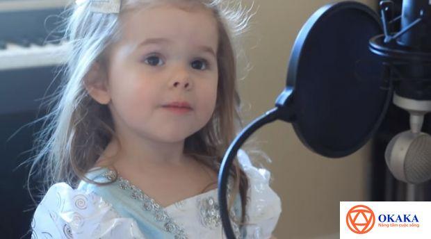 """Lắng nghe hai cha con bé Claire Ryann đến từ bang Utah (Mỹ) song ca bài """"You've got a friend me"""", đảm bảo trái tim bạn sẽ tan chảy với giọng hát thiên thần ngọt ngào, trong veo cùng biểu cảm đáng yêu của thiên thần nhí 4 tuổi này."""