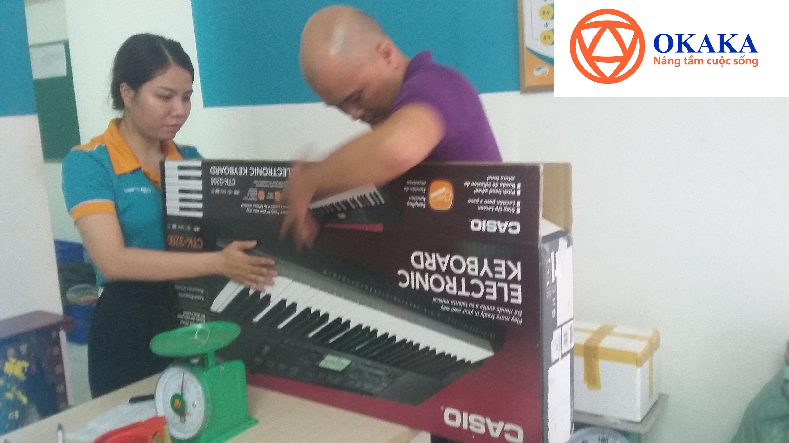 """Ngày Cá tháng 4 năm nay, OKAKA vui mừng nhận được tin nhắn Fb hỏi mua đàn organ cho bé. Cứ tưởng bị """"bỏ bom"""" trong ngày nói dối này nhưng thật may, """"kinh doanh bằng cái tâm sẽ được đền đáp"""", chị Loan ở Quảng Ninh đã quyết định đặt mua đàn organ Casio CTK-3200 cho con trai 5 tuổi sau khi được OKAKA tư vấn tận tình."""