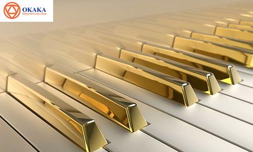 Ngày của Mẹ năm nay, OKAKA Music xin gửi đến bạn câu chuyện ông vua nhạc rock Elvis Presley mua đàn piano tặng mẹ. Đó cũng là cây đàn piano dát vàng nổi tiếng gắn liền với tên tuổi ông. Theo hãng Julien's, Elvis Presley đã mua cây đàn piano này năm 1955 như một món quà tặng mẹ mình. Sau khi mẹ Elvis qua đời, vợ ông là bà Priscilla đã quyết định mạ vàng cây đàn (1968).