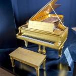 Ngày của Mẹ, nghe chuyện ông vua nhạc rock Elvis Presley mua đàn piano tặng mẹ