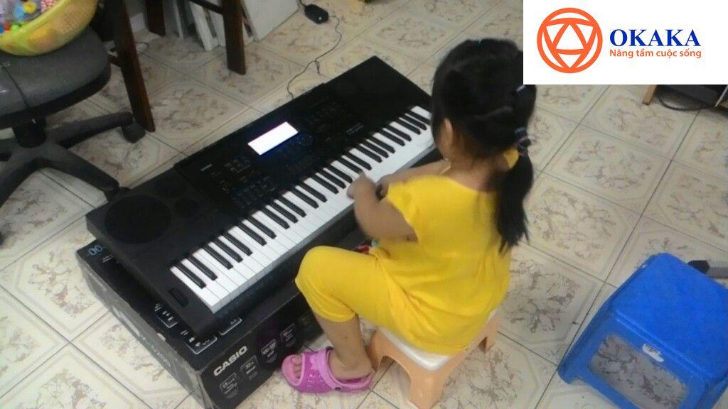 Giao đàn organ Casio CTK-6200 cho bé 4 tuổi ở Bình Thạnh và thấy bé yêu thích cây đàn thực sự là một niềm vui với OKAKA. Niềm vui ấy còn được nhân đôi khi OKAKA có hội trò chuyện với ông bà ngoại của bé – vợ chồng họa sĩ Lợi Hoan Trang và Nguyễn Lệ Dung.