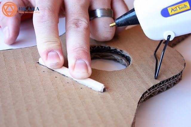 Tận dụng những thùng các tông bỏ đi, cộng với một chút khéo tay và tỉ mẩn, bạn hoàn toàn có thể làm đàn guitar bằng bìa các tông cho bé làm quen với đàn.
