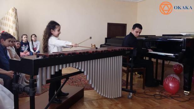 Thưởng thức bản nhạc jazz trên đàn marimba (mộc cầm) do chính cô bé Elina Martirosyan 5 tuổi người Armenia sáng tác và trình diễn...