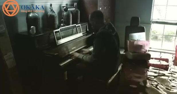 Người đàn ông Texas chơi piano trong ngôi nhà bị ngập lụt sau cơn bão Harvey