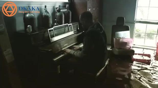Sau khi cơn bão Harvey đi qua, một vị mục sư Texas đã trở về căn nhà ngập nước của mình để nhặt nhạnh vài món đồ chơi cho con và phát hiện ra cây đàn piano của gia đình vẫn hoạt động bình thường.