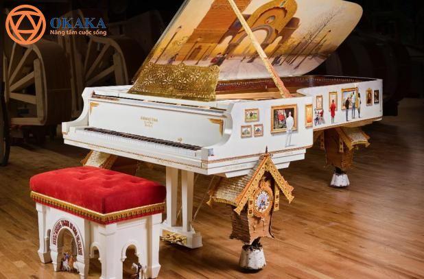 """Mất hơn 4 năm để hoàn thành, cây đàn piano """"Pictures at an Exhibition"""" là nhạc cụ đầu tiên của Steinway & Sons lấy cảm hứng từ bản nhạc cùng tên của nhà soạn nhạc lừng danh Modest Mussorgsky. Nhạc cụ tuyệt đẹp mới ra mắt này được nghệ sĩ bậc thầy Steinway Paul Wyse thiết kế theo nguyên mẫu cây grand piano Model D."""
