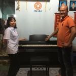 Ngày chủ nhật hôm nay mưa tầm tã, OKAKA vẫn giao đàn piano điện Roland RP-302 đúng hẹn cho chị Sa – một người chị hết mực thương yêu em gái ở Nhơn Trạch, Đồng Nai.
