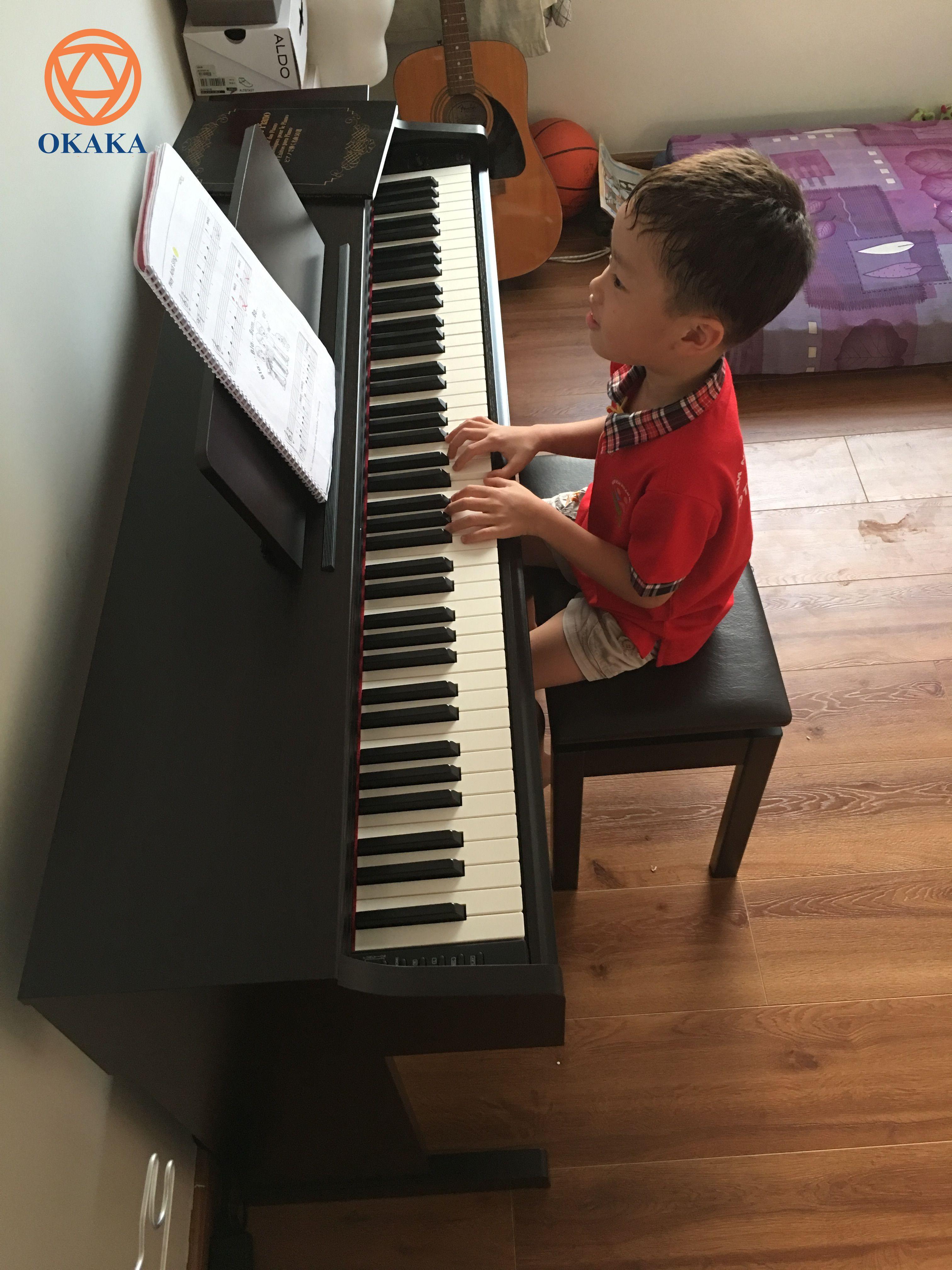 """Chiều hôm nay OKAKA đã đến Nhà Bè giao đàn piano điện Yamaha YDP-163 cho anh Lâm – một người cha sẵn sàng đầu tư cho các con yêu một cây đàn piano chất lượng mới cáu, bởi đơn giản """"Đầu tư cho con là đầu tư siêu lợi nhuận""""."""