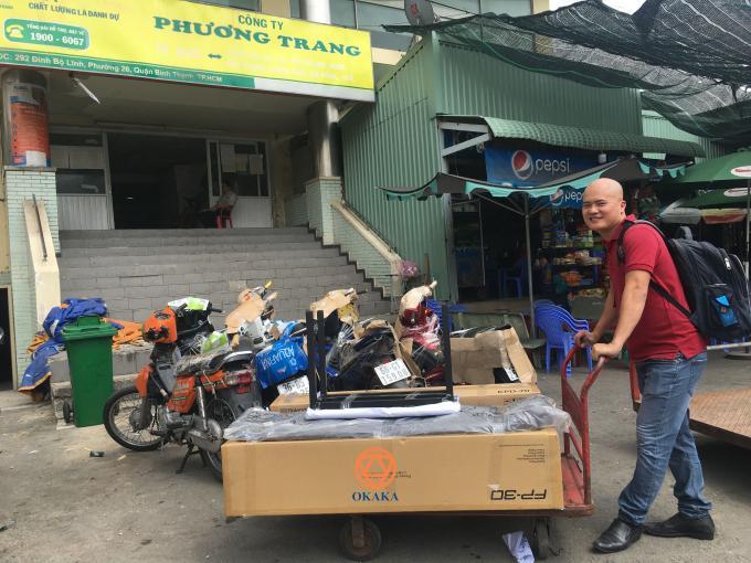 Trưa nay đàn vừa cập bến, thế là OKAKA nhanh chóng ra Bến xe miền Đông giao đàn piano điện Roland FP-30 cho anh Trung ở Đà Nẵng, dù đang giữa trưa nắng chang chang.