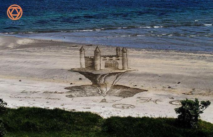"""Là người yêu nghệ thuật, hẳn bạn sẽ thấy rất mới mẻ khi chiêm ngưỡng những bức tranh 3D trên cát. Và nếu yêu thích piano, hẳn bạn sẽ còn """"mắt chữ A, mồm chữ O"""" trước bức tranh cây đàn piano 3D trên cát của họa sĩ Jamie Harkins."""