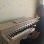 Ai cũng bảo kinh doanh nên chọn mặt hàng có doanh thu lặp lại. Nhưng OKAKA tin rằng với những mặt hàng thời gian khách quay trở lại mua lần thứ 2 khá lâu như nhạc cụ, nếu bán đàn bằng cái tâm thì khách cũng sẽ sớm quay trở lại, đồng thời giới thiệu thêm nhiều khách hàng mới có nhu cầu. Trường hợp anh Thu mua đàn piano điện Yamaha CLP-535 dòng Clavinova là một ví dụ điển hình.