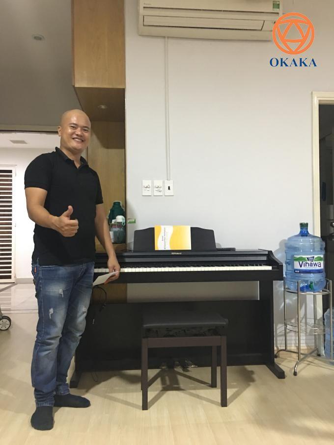 """Vừa giao đàn cho khách ở Sky Center xong, OKAKA liền """"phi như bay"""" sang chung cư Belleza, quận 7 để giao đàn piano điện Roland RP-501R cho chị Hòa đúng giờ đã hẹn."""