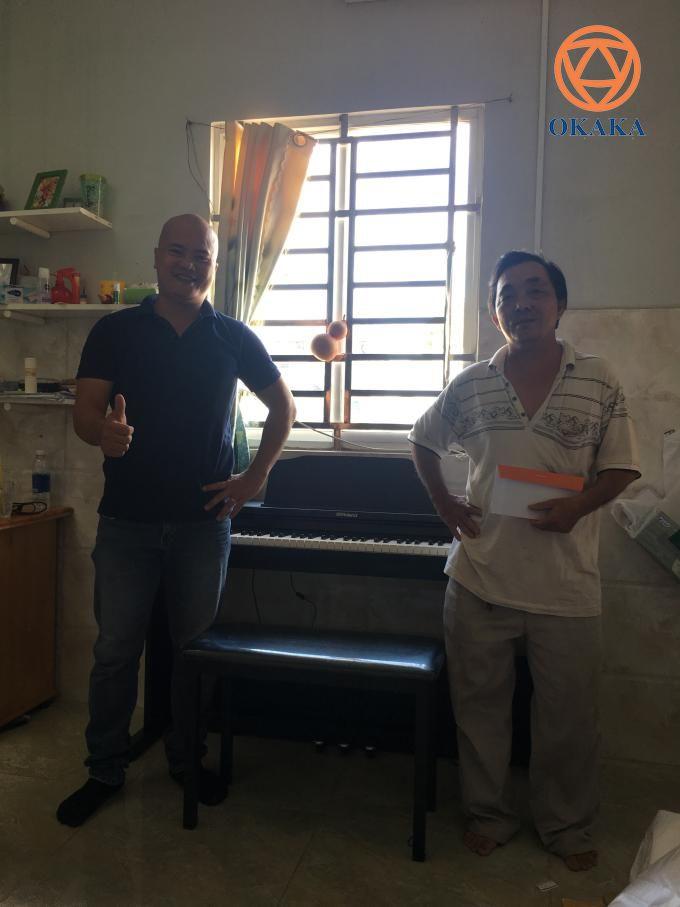 Hôm nay OKAKA đã đến giao đàn piano điện Roland RP-102 cho anh Cường ở Thủ Đức như một món quà tặng cô con gái tốt nghiệp lớp 9.