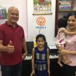 Ngày 31/5 vừa qua, OKAKA đã đến giao đàn piano điện Roland RP-501R cho anh Long ở quận 4 để kịp làm quà tặng con gái nhân ngày Quốc tế Thiếu nhi 1/6.