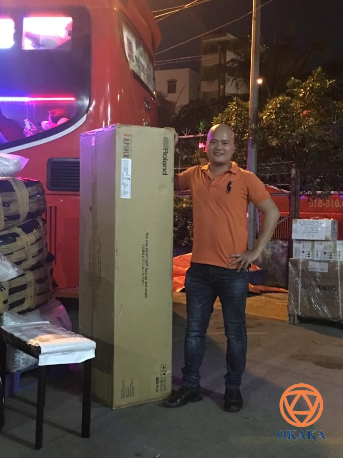 Ngày càng nhiều khách hàng ở tỉnh tin tưởng mua đàn piano ở OKAKA và sẵn sàng chuyển khoản trước. Anh Quốc ở Nha Trang là một trong số đó. Tối hôm qua, OKAKA đã ra bến xe gửi đàn piano điện Roland RP-501R cho anh.