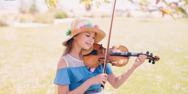 Cô gái nhỏ chơi violin trên đường phố gây sốt cộng đồng mạng!